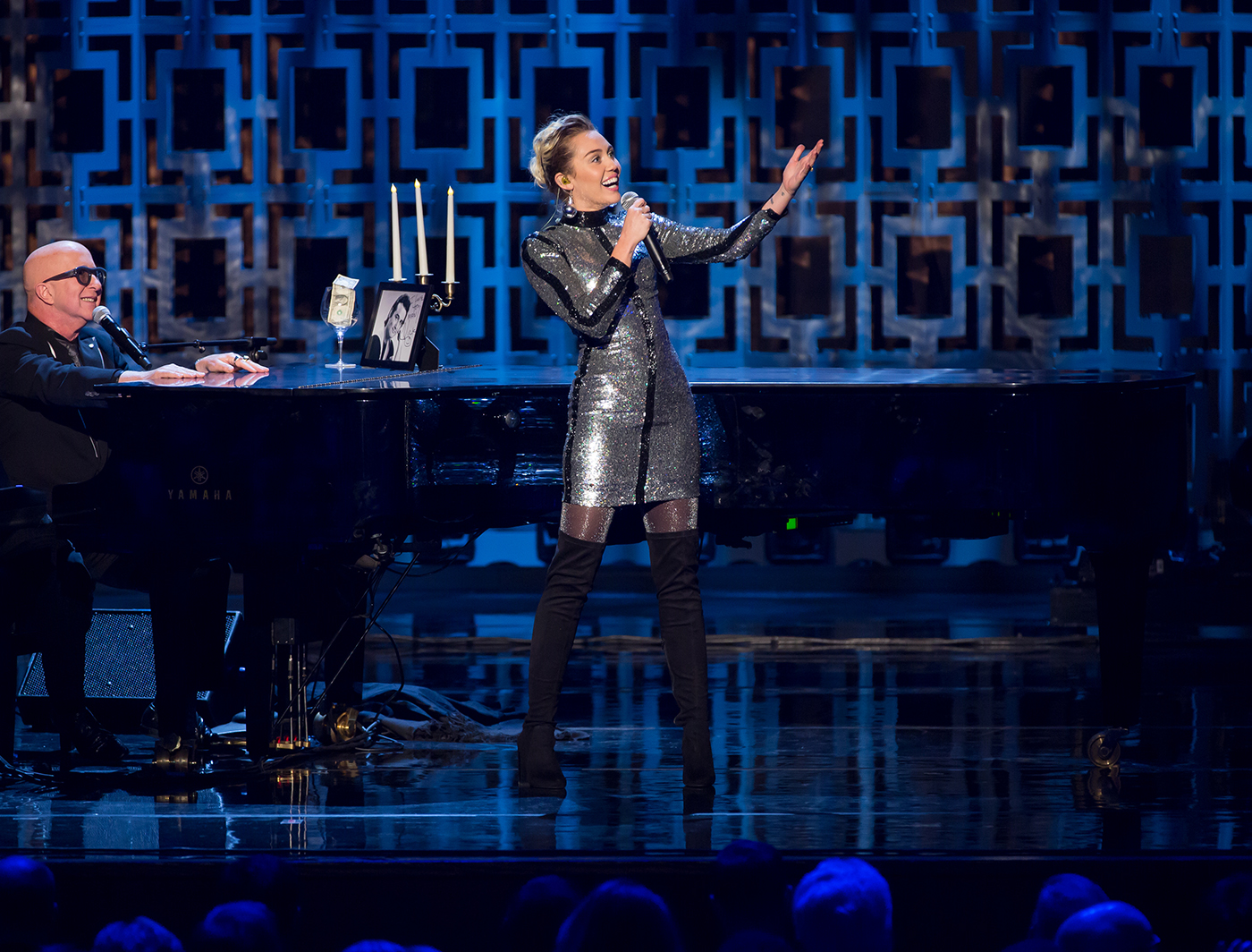 Miley Cyrus performs in front of Arcade FASTwall at the 2016 Mark Twain Awards
